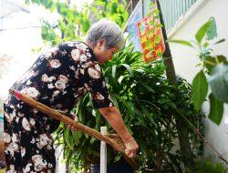 Cụ bà 70 tuổi hơn thập kỷ cả ngày quét rác cho cả xóm ở Sài Gòn