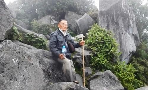 Một ông già leo núi lên đỉnh núi hỏi ổng thấy gì?
