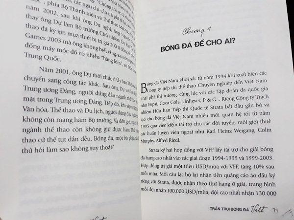 Review sách Trần trụi bóng đá Việt.
